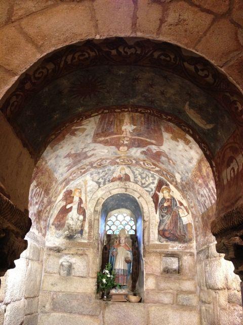 Detalle de la capilla del ábside, con las pinturas, la celosía y la talla de San Blas. FOTO: J.M.G.