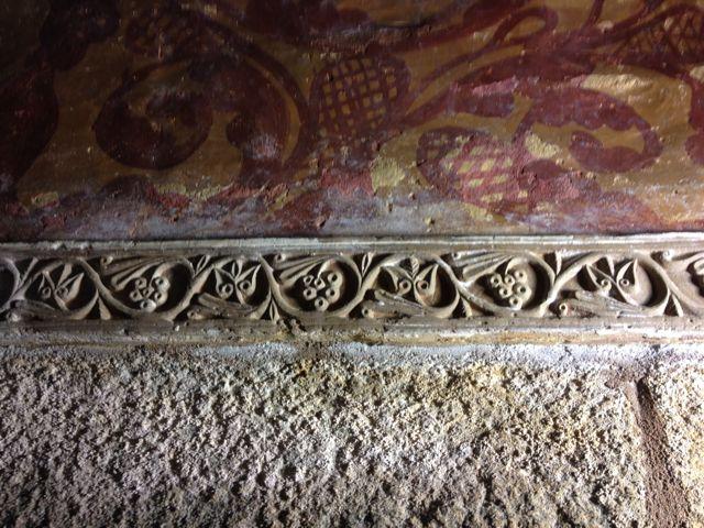 Imposta del ábside decorada finamente con un tallo serpenteante. FOTO: J.M.G.