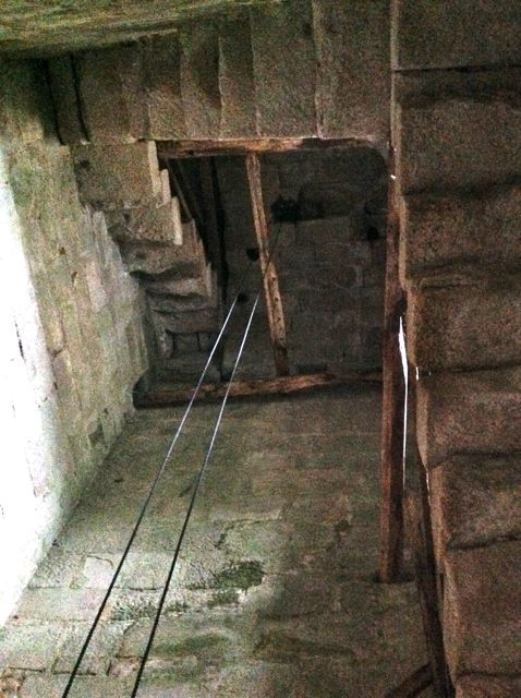 Detalles de la escalera y pasamanos que llevan al campanario. FOTO: J. M. G.