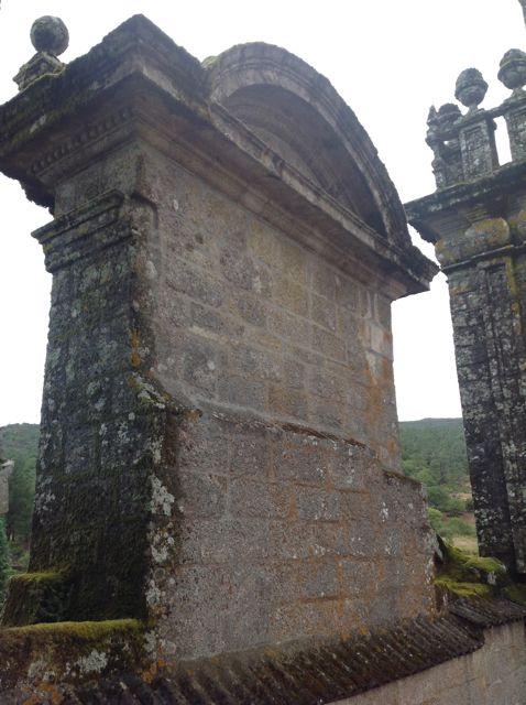 En estas imágenes vemos la unión de la fachada con la iglesia; la segunda torre y la parte trasera del muro que corona la fachada principal. FOTOS: J. M. G.