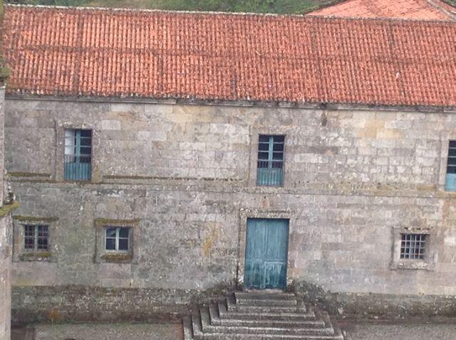 Desde lo alto también se divisa el pabellón de la antigua escuela. FOTO: J.M.G.