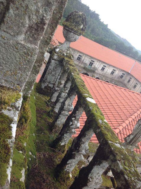 Balconada del campanario con la balaustrada que lo rodea por tres de sus lados. FOTO: J.M.G.