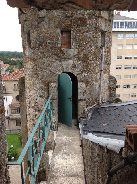 Una de las dos torres defensivas a ambos lados de la torre. FOTO: J.M.G.