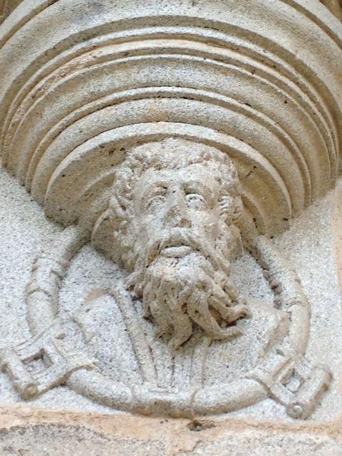 Detalle de una máscara de la rica serie que ornamenta el claustro. FOTO: J.M.G.