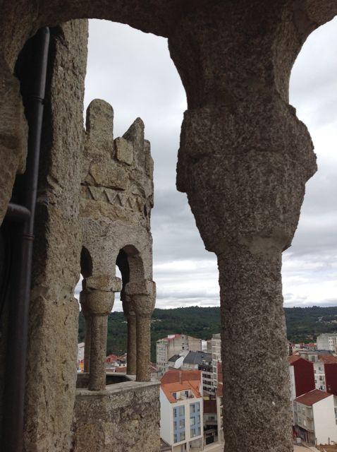 Capiteles sencillos en las columnillas de las pequeñas torres. FOTO: J.M.G.