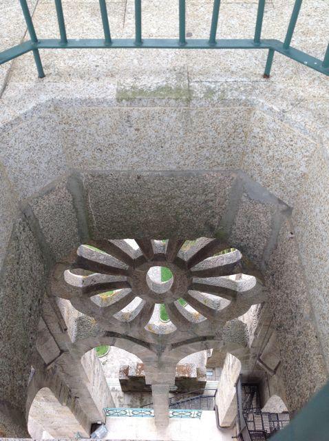 Curiosa vista de un rosetón desde el cuerpo de campanas. FOTO: J.M.G.