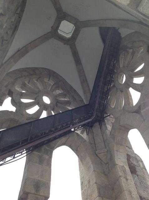 La escalera parece flotar en el vacío. FOTO: J.M.G.