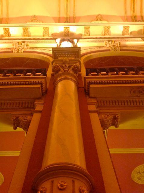 Detalle de una de las columnas adosadas a los pilares. FOTO: J.M.G.