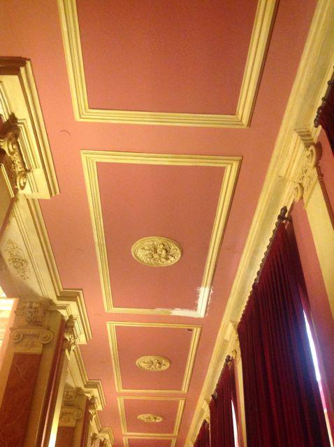 Casetones en tonos salmón decoran el techo de los pasillos laterales. FOTO: J.M.G.
