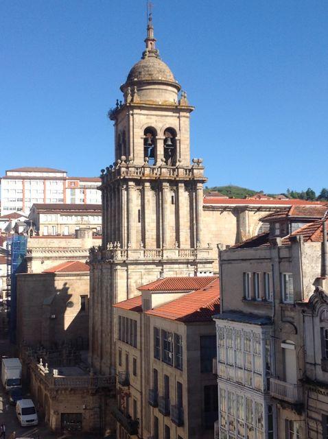 Alzado de la torre de las campanas de la catedral y línea de fachadas que se ubican ante ella. FOTO: J.M.G.