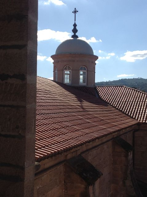 La linterna sobre la cúpula del templo, oculta por las tejas. FOTO: J.M.G.