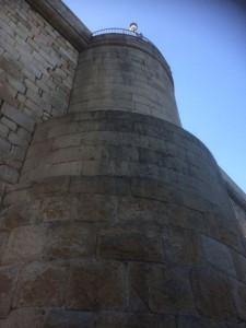 Detalle de uno de los cubos que refuerzan el puente. FOTO: J.M.G.