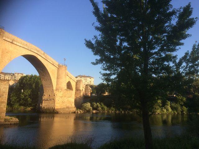 El puente, aguas abajo, siempre es una postal de la ciudad. FOTO: J.M.G.