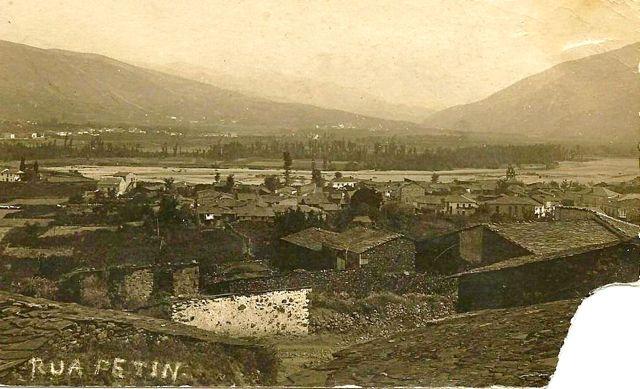 Vista antigua de Petín, apreciándose al fondo y a la derecha la espadaña con sus tres huecos para campanas. FOTO: Cedida