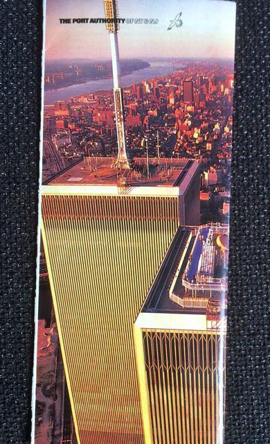 Detalle de la parte superior de ambos rascacielos en la contraportada del folleto. FOTO: J.M.G.