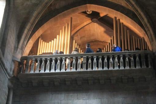 El órgano ocupa la tribuna ubicada sobre el nártex del Pórtico do Paraíso. FOTO: J.M.G.