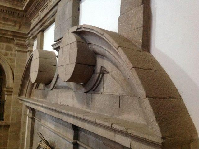 Detalle clasicista del muro del brazo norte del crucero, con este frontal curvo terminado en volutas. FOTO: J.M.G.