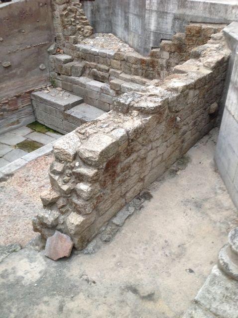 Estructiras junto a la piscina romana. FOTO: J.M.G.