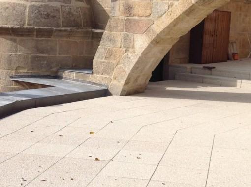 Vista de los cristales de la botella estrellada en la terraza sobre la girola del templo. FOTO: J.M.G.