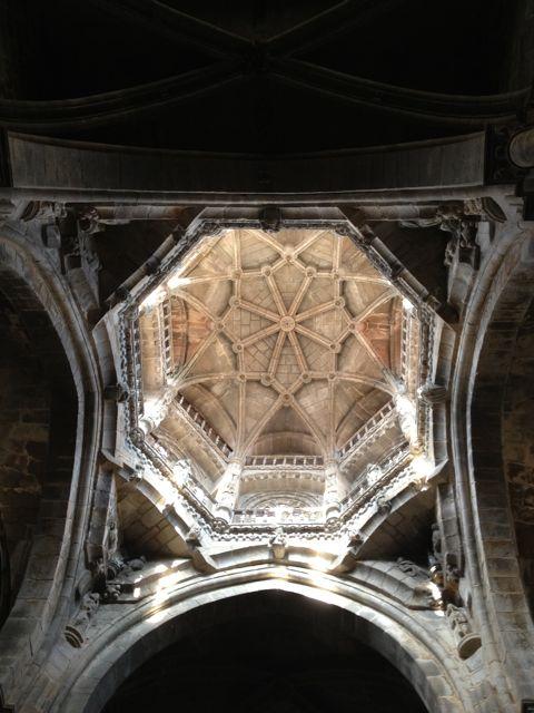 Tantas maravillas, tanto simbolismo, tanta belleza se mezclan en ese cosmos que gravita allá a lo alto, sobre el crucero de la catedral. FOTO: J.M.G.