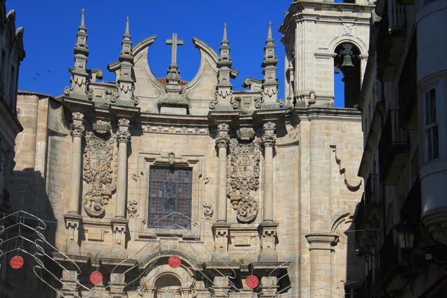 Cuerpo superior y ático de la monumental fachada con el espejo cuyas piedras fueron corregidas y sus virdios, restaurados. FOTO: J.M.G.