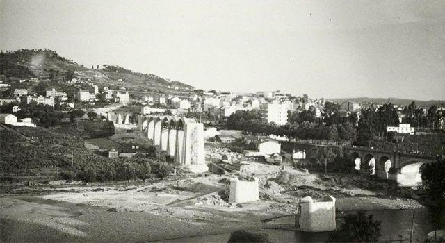 En la imagen ya se ven los pilares y arcos del tramo de avenida y dos pilares en el río para sostener los arcos centrales. FOTO: Cadernos de Istoria Ferroviaria.