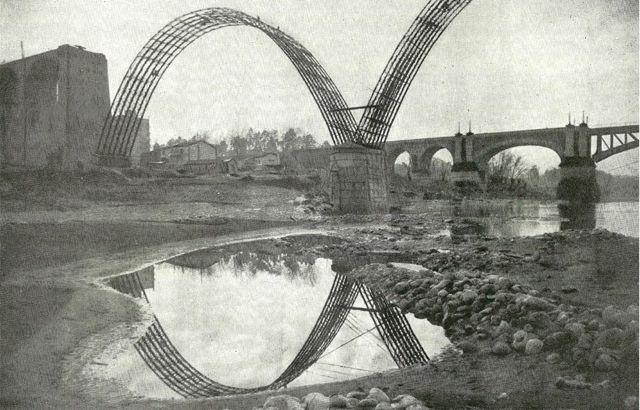estructura metálica para sujetar los grandes arcos de hormigón. FOTO: Cadernos de Istoria Ferroviaria.