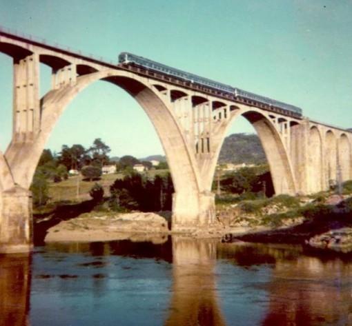 Un tren TER circulando hace décadas por el viaducto ourensano. FOTO: Cadernos de Istoria Ferroviaria