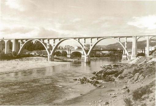 El puente ofrece un aspecto de ligereza a pesar de su envergadura. FOTO: Cadernos de Istoria Ferroviaria.