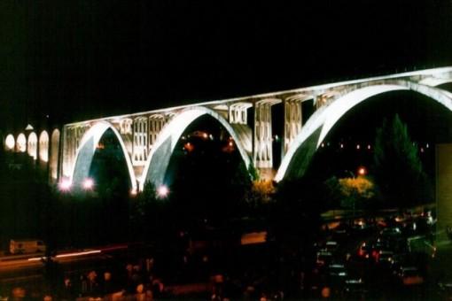 La iluminación nocturna embellece la obra de ingeniería en el paisaje urbano. FOTO: Cadernos de Istoria Ferroviaria.