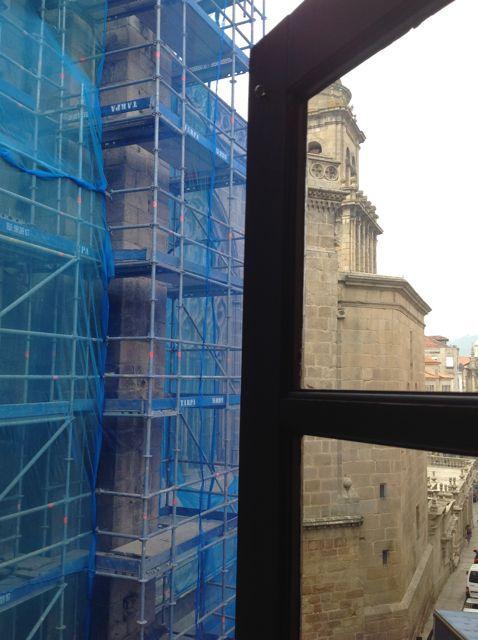 Pisos del andamio para alcanzar cada nivel de la fachada, sin actividad. FOTO: J.M.G.