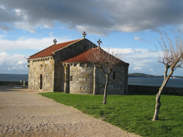 A capela románica da Virxe engade encanto ao lugar arqueolóxico. FOTO: J.M.G.