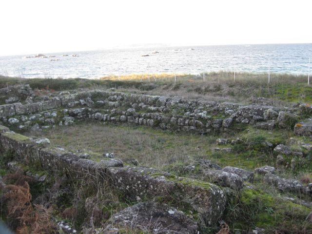 Restos murarios da vila romana e da igrexa posterior. FOTO: J.M.G.