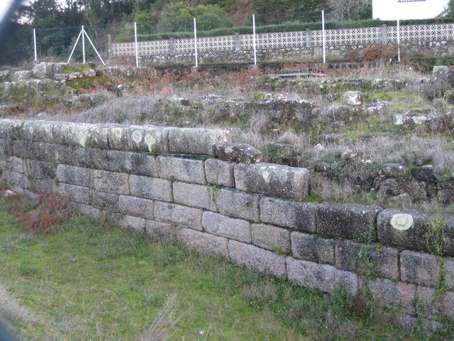 Restos murarios de Adro Vello. FOTO: J.M.G.