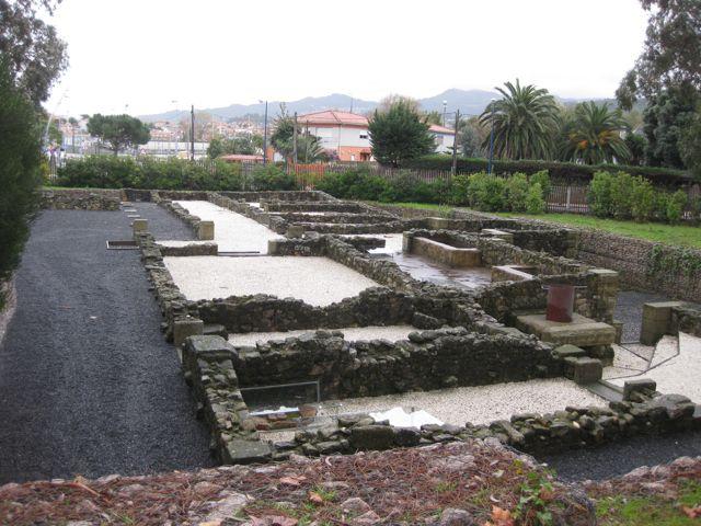 Á dereita da planta da vila adiviñanse os espazos termais coas dúas bañeiras de auga fría e quente. FOTO: J.M.G.