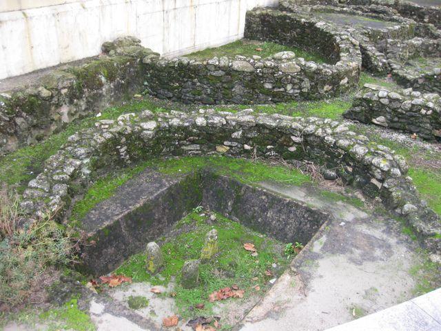 Vista do altar púnico coas tres pedras fincadas. FOTO: J.M.G.