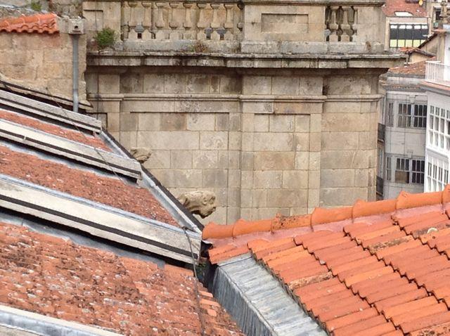 Vista de dos gárgolas que expulsan el agua que baja por el tejado de la nave lateral norte. FOTO: J.M.G.