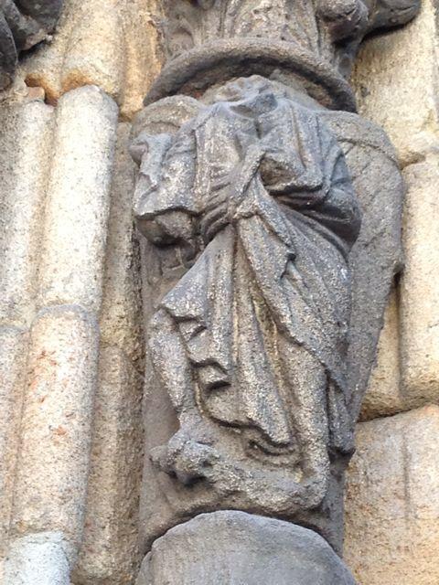 Detalle de la imagen del ángel descabezado, que permite suponer que formaría parte de una Anunciación. FOTO: J.M.G.