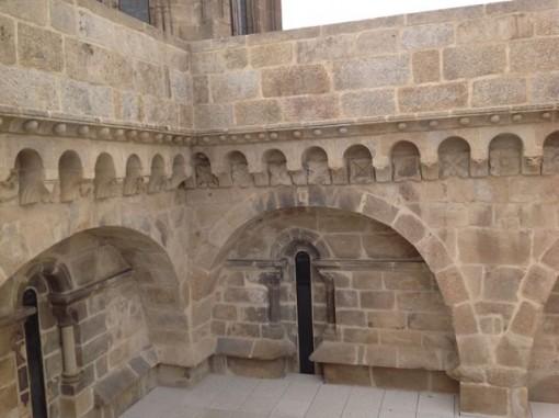 Ángulo que forman, a la izquierda, el muro occidental del brazo norte del transepto y, a la derecha, primer tramo de naves de la catedral. FOTO: J.M.G.