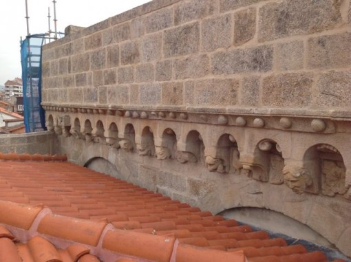 Sucesión de arquillos a lo largo del muro occidental del brazo norte del transepto. FOTO: J.M.G.