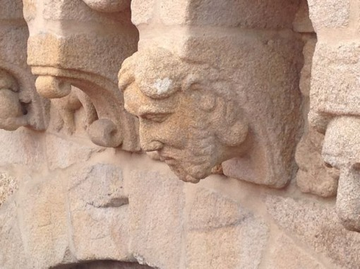 Cabeza masculina en un canecillo del transepto. FOTO: J.M.G.