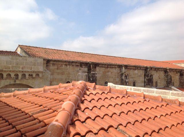 Cubierta de la capilla de San Juan y al fondo, la de la nave central, apreciándose el cambio de campaña constructiva al final del alero con arquillos. FOTO: J.M.G.