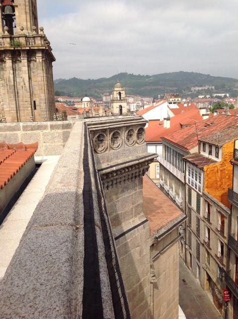 Detalle de la cornisa de San Juan, con el paseo alrededor de su cubierta y la ornamentación del muro. FOTO: J.M.G.