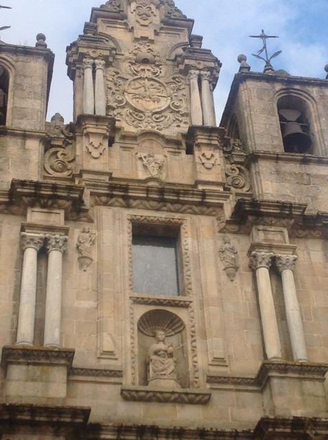 La fachada conserva ocho columnas prerrománicas que pudieron haber pertenecido a otro edificio de la época. FOTO: J.M.G.