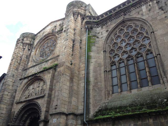 En el costado norte catedralicio se combina el románico con el último gótico que parece querer acaparar todo el protagonismo con el vano flamígero de la capilla de San Juan. FOTO: J.M.G.