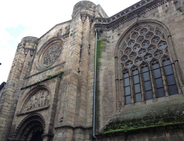 Para los responsables del turismo de Galicia el rosetón del portal norte de la catedral de Ourense no existe. FOTO: J.M.G.
