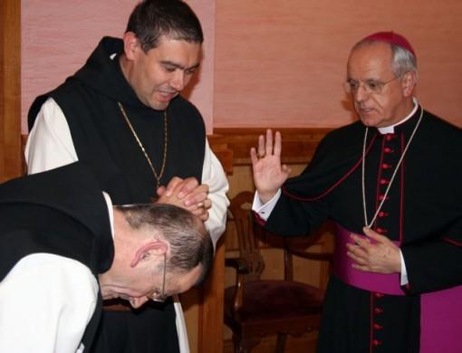 El obispo bendiciendo al nuevo superior tras su nombramiento. FOTO: Cedida.