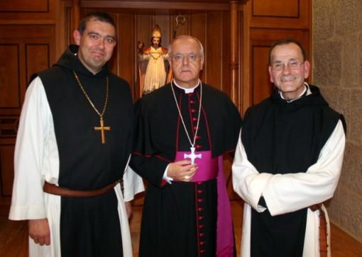 Alfonso Lora Astudillo, a la derecha, con el obispo Leonardo Lemos y el abad Juan . Javier Martín. FOTO: J.M.G.