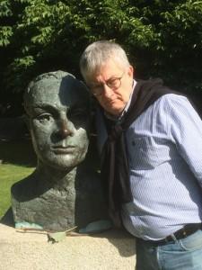 Miguel Caride, director del proyecto, junto al busto de Pearse en Dublín. FOTO: Cedida.