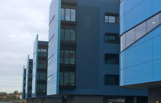 Detalle de los balcones en el extremo izquierdo de cada Vela o pabellón, todos sin barandilla. FOTO: J.M.G.